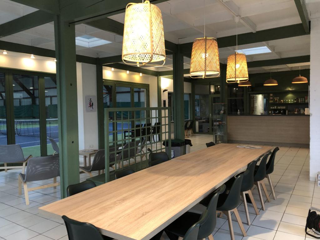 Intérieur du Club House, tables repas conviviales